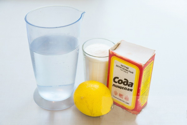 Уксус, сода, лимонный сок — самый простой рецепт средства для очистки швов между плитки.
