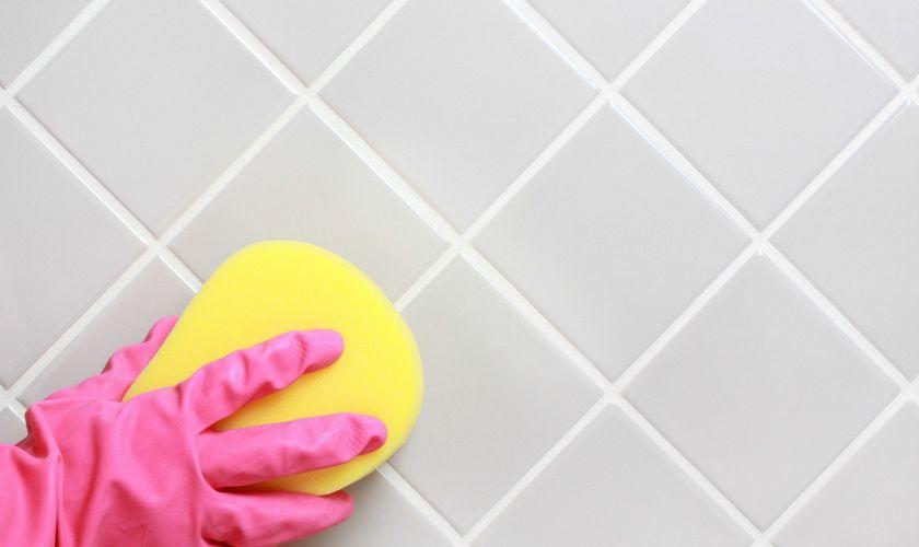 Периодически вымываем и очищаем поверхность шва