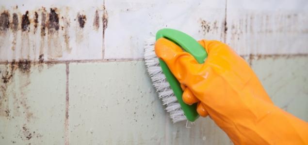 мытье плитки с использование жесткой щетки