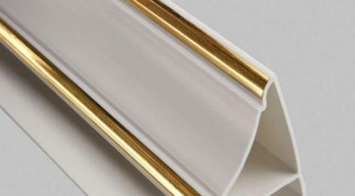 Пластиковый плинтус с золотой окантовкой