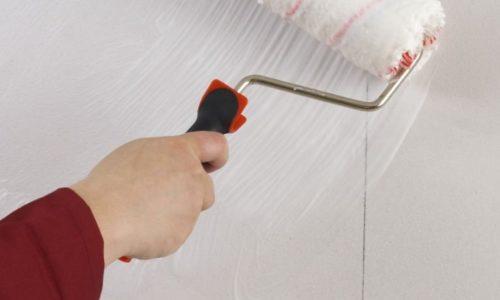Наносим клей на стену