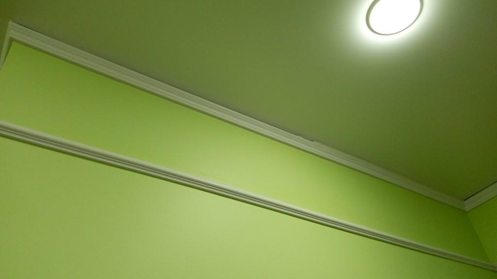 На данных фотографиях виден зазор между потолочным плинтусом и натяжным потолком