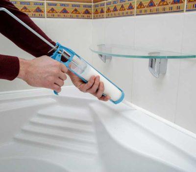 Нанесение герметика на акриловую ванну.