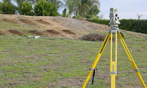 Теодолит - помощник при разметке местности.