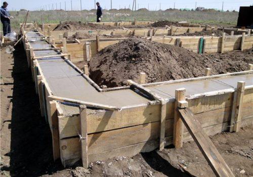 Заливка бетоном опалубки