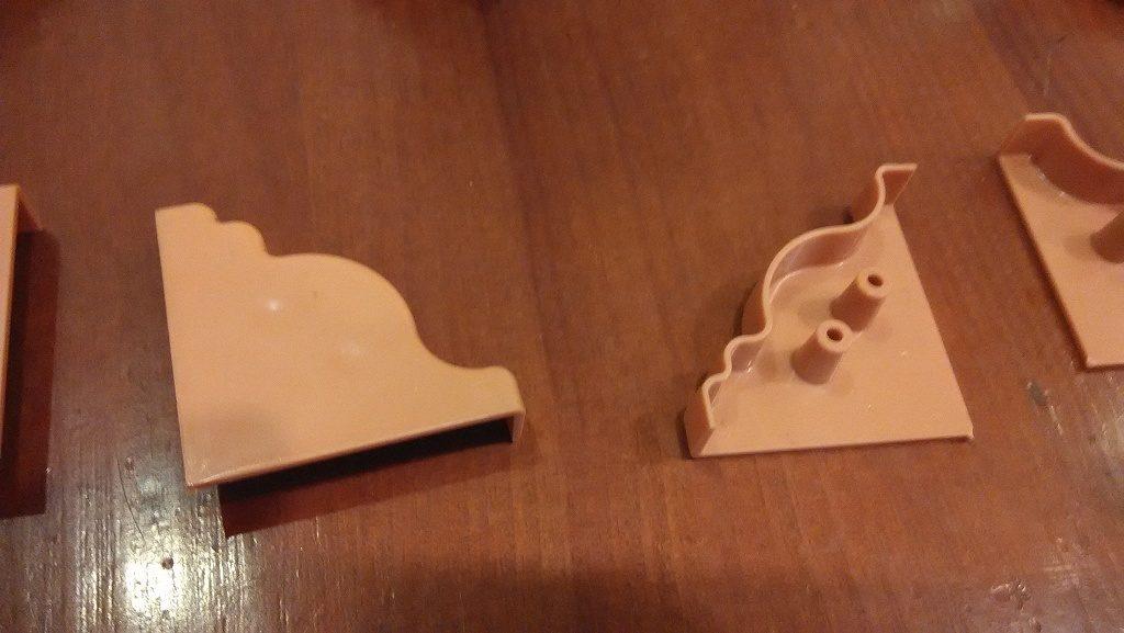 Фото пример крепежа заглушки на пластиковый плинтус