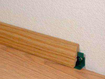Монтаж деревянного плинтуса на спец крепеж