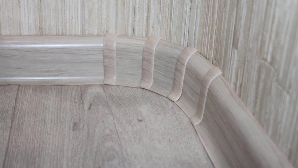 Оригинальный угол напольного плинтуса