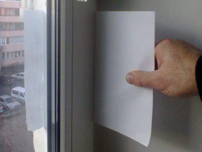 Проверка плотности закрывания пластикового окна перед регулировкой на зимний режим