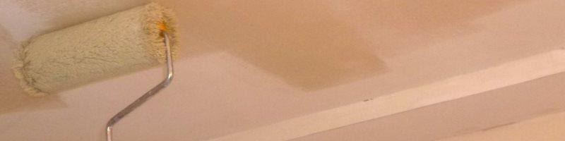 Нанесение краски на потолок валиком