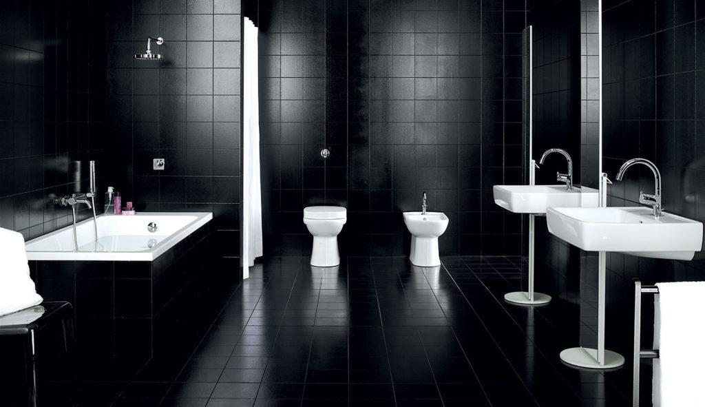 Ванная с отделкой из темной плитки