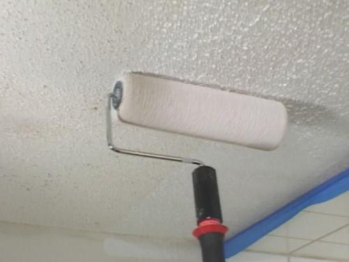 Покраска трещины в потолке из гипсокартона