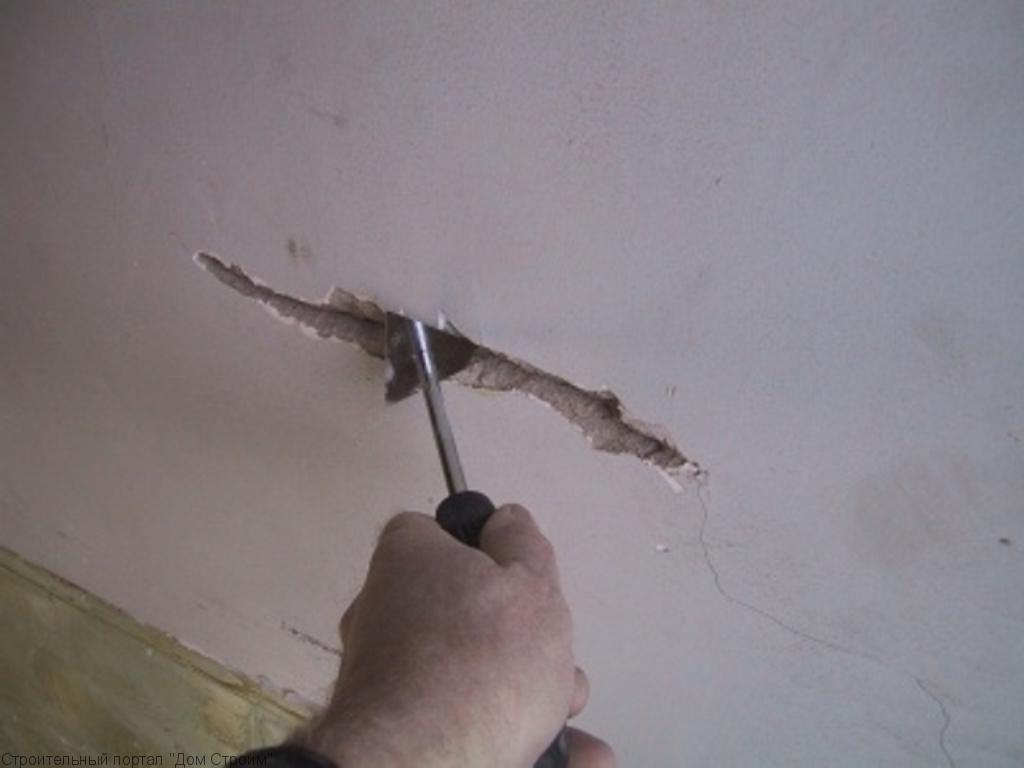Расшивка трещины в потолке из гипсокартона