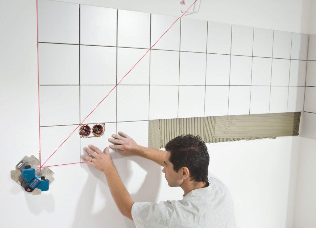 Укладываем кафельную плитку ровно (стена)