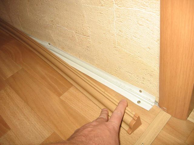 Между краем линолеума и стеной нужно оставить зазор