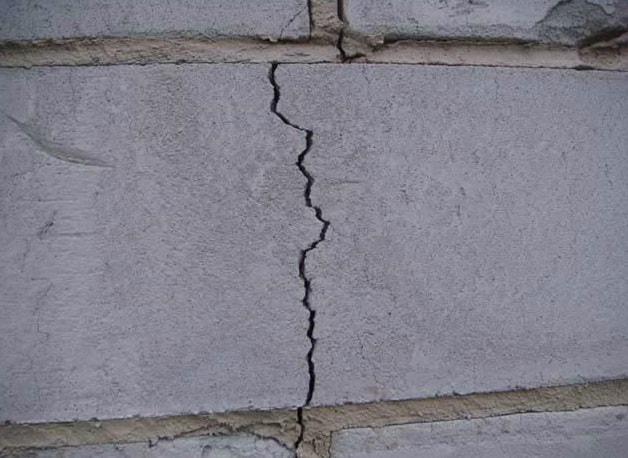 Трещина в стене из пеноблоков