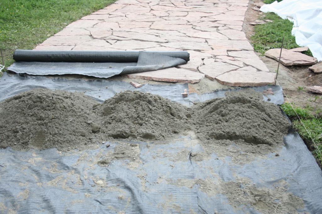 Укладка геотекстиля под тротуарную дорожку