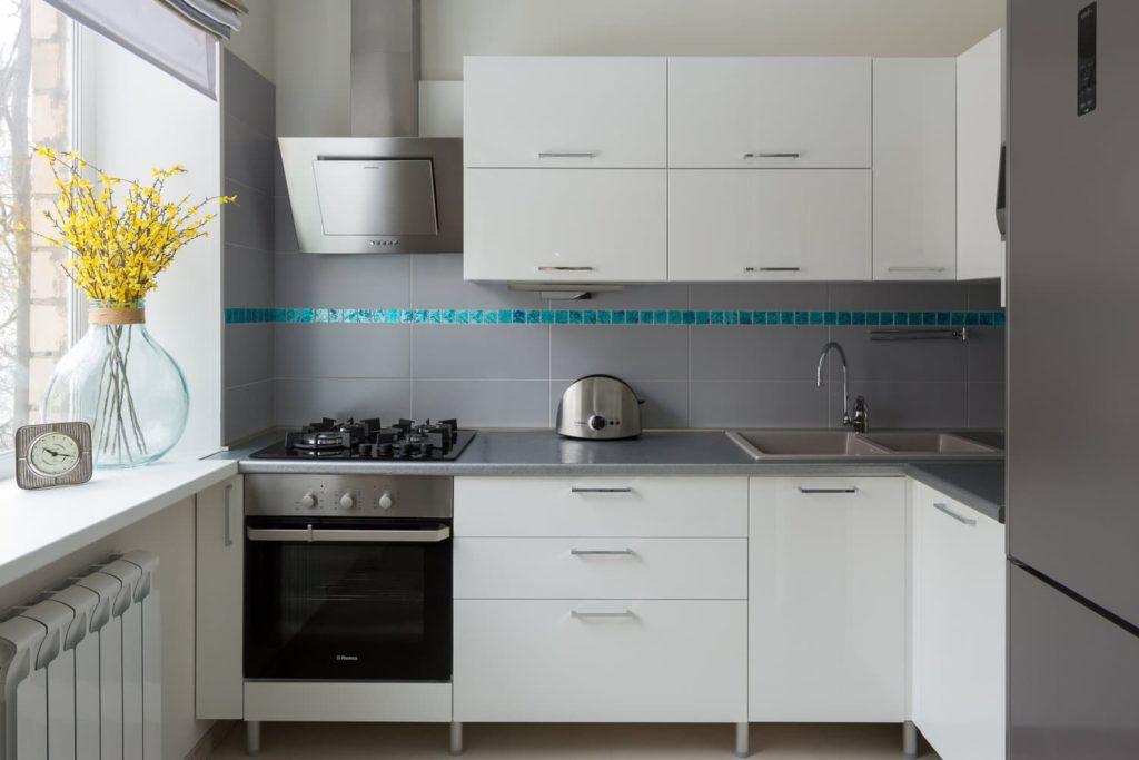 Пример кухонного фартука, заходящего на прилегающую стену