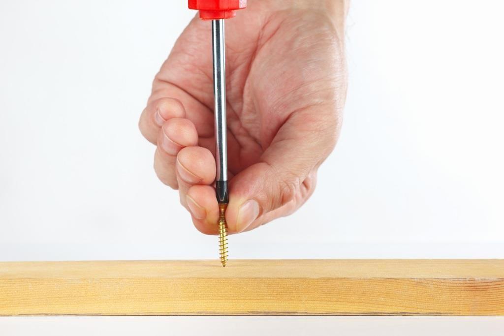 Как вкрутить саморез отверткой