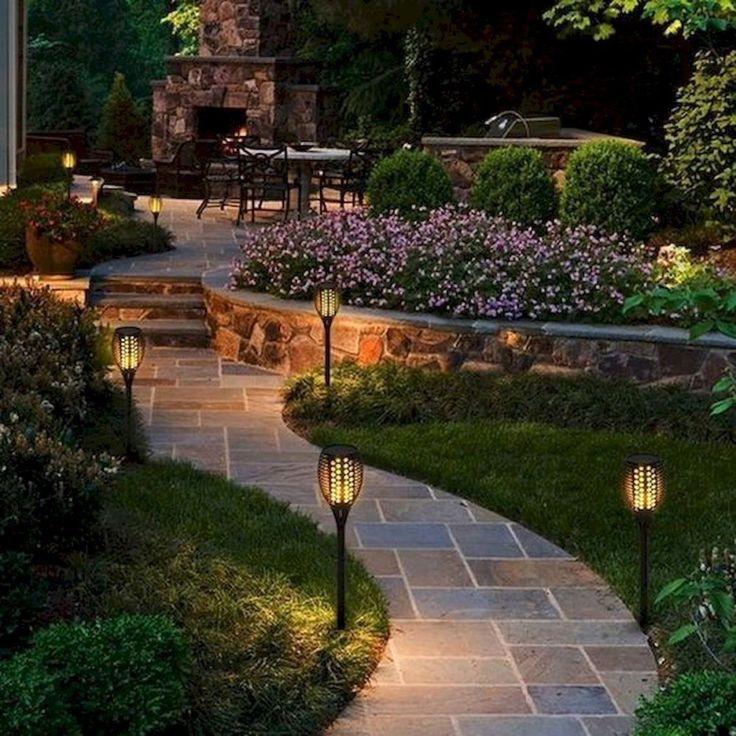 Дачный участок с садовыми дорожками