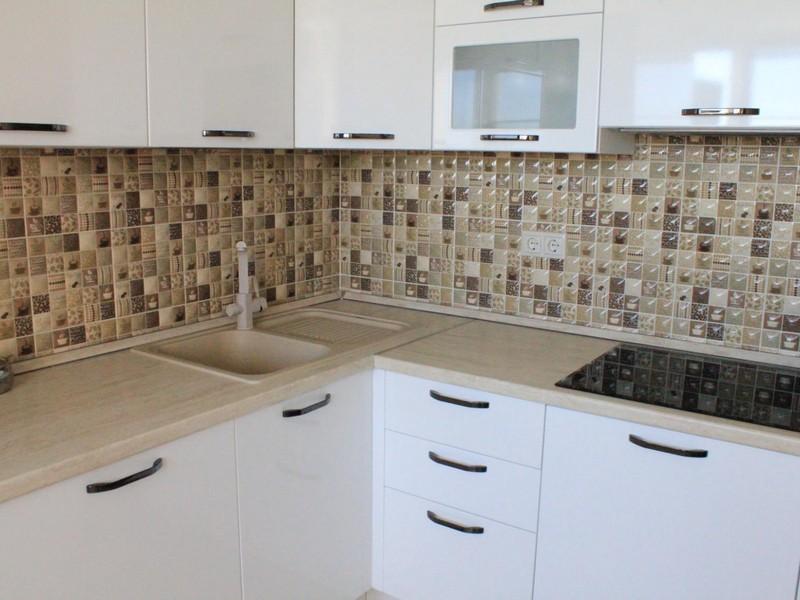 Белая кухня с бежевым фартуком