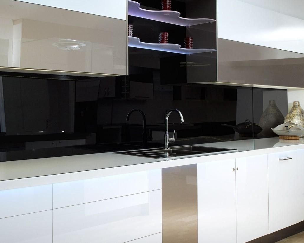 Белая кухня с фартуком из темного стекла