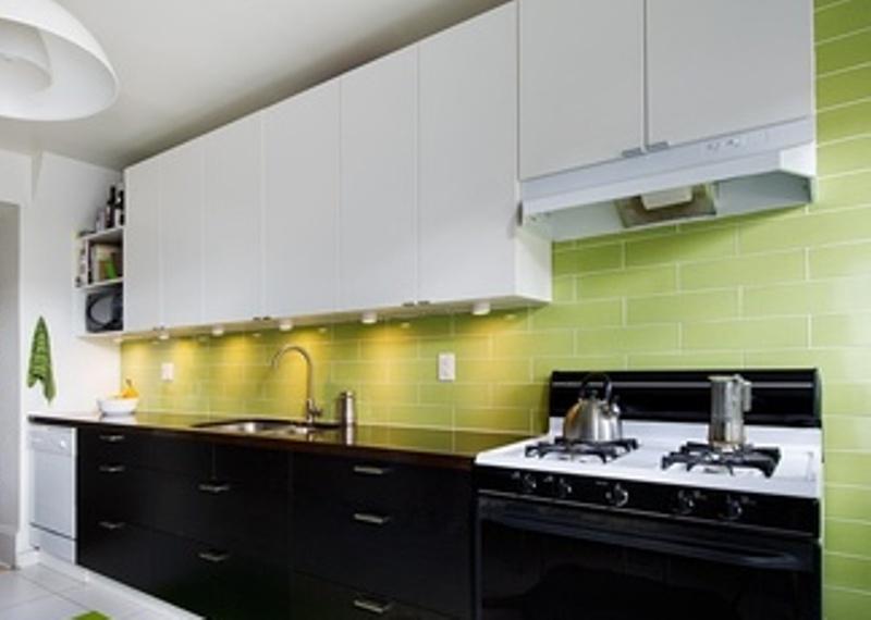 Черно-белая кухня с добавлением салатового цвета