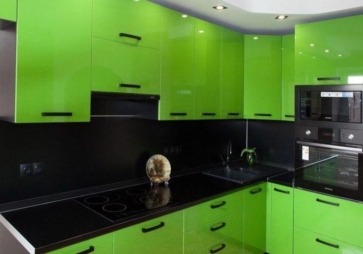 Черный фартук для салатового кухонного гарнитура