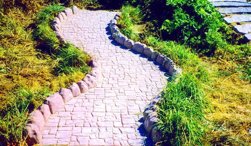 Каменный бордюр на участке