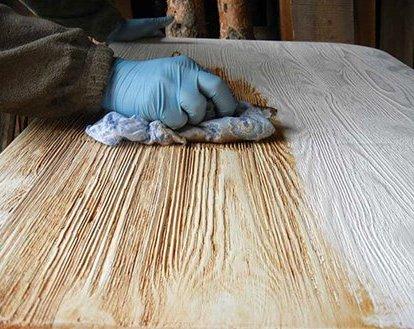 Нанесение морилки методом растирания