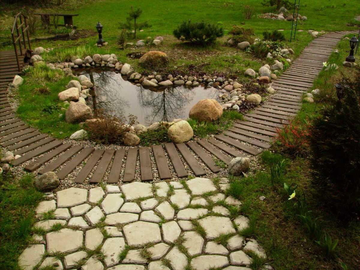 При создании садовых дорожек нужно учитывать сочетание ландшафтных элементов