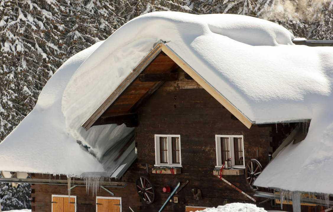 Снег на крыше дома