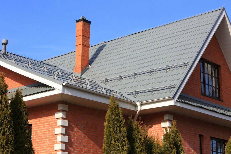 Снегозадержание на крыше жилого дома