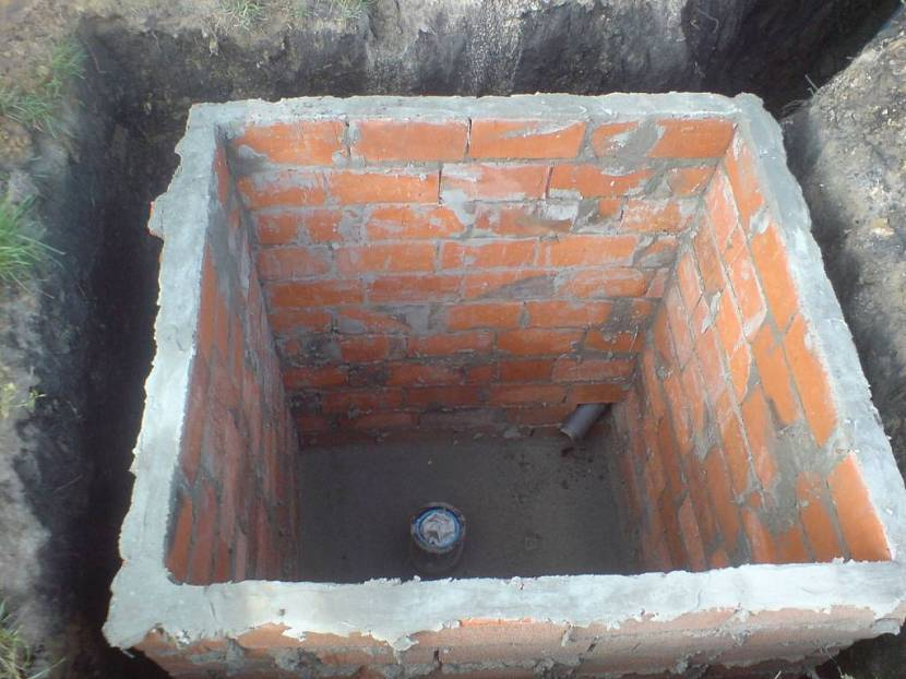 Выгребная яма со стенами из кирпича
