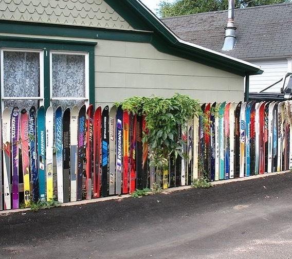 Старые лыжи в качестве забора