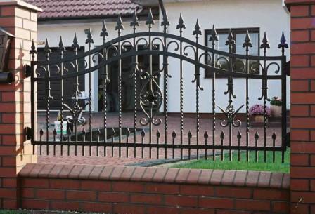 Забор из кирпича и кованых решеток